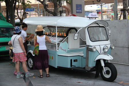 Photo pour Bangkok Thailand  April 16 2015: Tourists are buying ice cream from a food truck parking near Platinum Fashion Mall. - image libre de droit