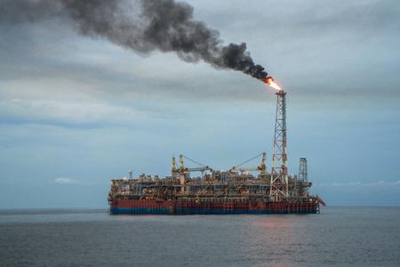 Photo pour FPSO tanker vessel and Oil Rig platform. Offshore oil and gas industry - image libre de droit