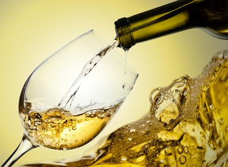 Foto de White wine being poured into a wineglass - Imagen libre de derechos