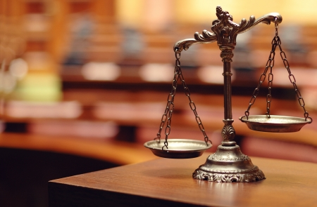 Photo pour Symbol of law and justice in the empty courtroom, law and justice concept. - image libre de droit