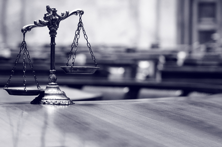 Foto de Symbol of law and justice in the empty courtroom, law and justice concept. - Imagen libre de derechos