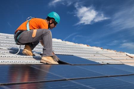 Photo pour technician install new generation photovoltaic solar panels on roof - image libre de droit
