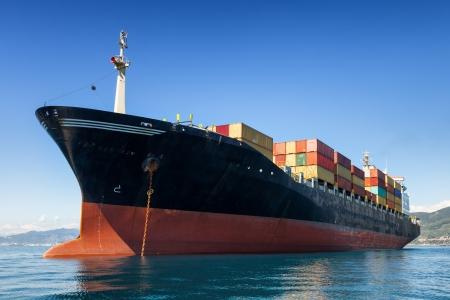 Foto de cargo container ship anchored in harbor - Imagen libre de derechos