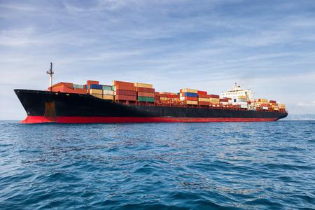Photo pour commercial cargo ship carrying containers - image libre de droit