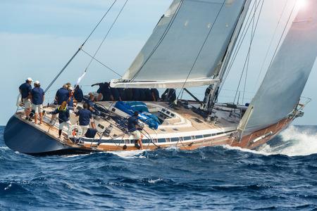 Photo pour sail boat sailing in regatta - image libre de droit