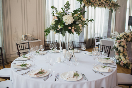 Photo pour Beautiful flowers on table in wedding day - image libre de droit