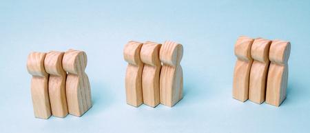Foto de Groups of wooden people. The concept of market segmentation. Marketing segmentation, target audience, customer care. Market group of buyers. Customer analysis and customer relationship management - Imagen libre de derechos