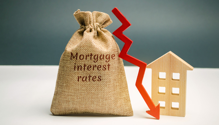 Photo pour Bag with the money and the word Mortgage interest rates and arrow to down and house. Low interest in mortgages. Reducing interest payments for mortgages. The fall in housing rates on credit. Low housing demand - image libre de droit