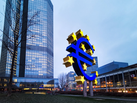 Foto de Frankfurt, Germany - January 22, 2019: Euro Sign. European Central Bank (ECB) is the central bank for the euro and administers the monetary policy of the Eurozone in Frankfurt, Germany. - Imagen libre de derechos