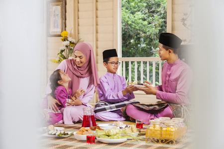 Photo pour Muslim family feasting during the Eid celebration - image libre de droit