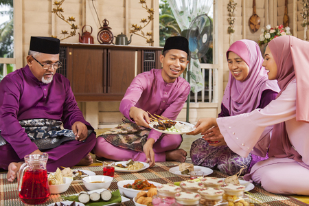 Photo pour Muslim family feasting during the Eid celebration - image libre de droit
