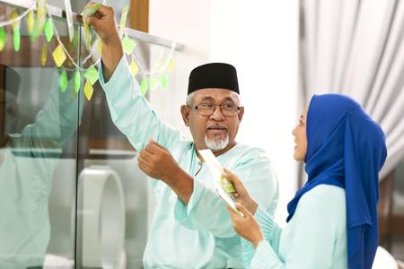 Photo pour Muslim family decorating home for Eid al-Fitr - image libre de droit