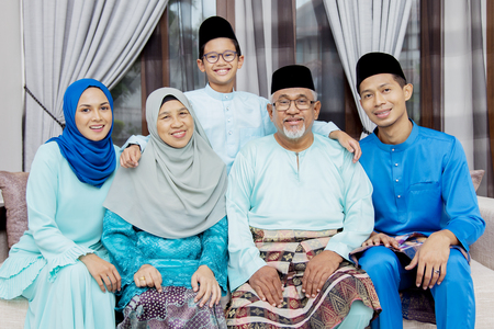 Photo pour Happy Muslim family - image libre de droit