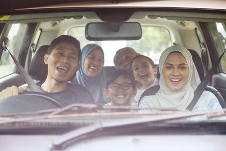 Photo pour Happy family in a car - image libre de droit