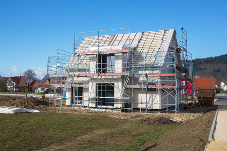 Photo pour Construction of a new prefabricated house - stone and wood. - image libre de droit