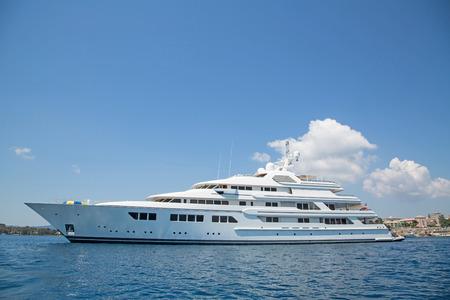 Photo pour Luxury large super or mega motor yacht in the blue ocean. - image libre de droit
