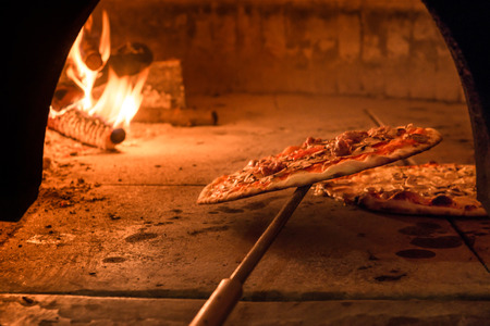 Photo pour Brick oven with flames and ember ready to cook a delicious pizza - image libre de droit