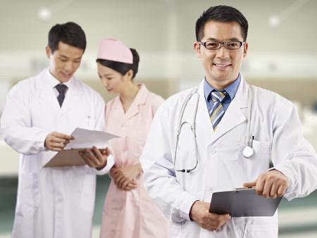 Foto de portrait of an asian medical team. - Imagen libre de derechos