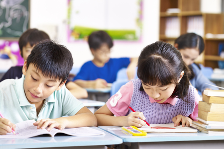 Photo pour asian primary school students studying in classroom. - image libre de droit