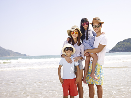 Photo pour happy asian family with two children posing for a photo. - image libre de droit
