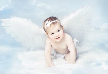 Foto de Baby Angel with Wings, Newborn Kid at Blue Sky Cloud. Artistic Fantasy Background - Imagen libre de derechos