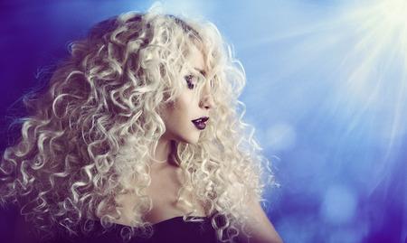 Foto de Curly Hair, Woman Beauty Face Portrait, Fashion Model Girl with Blond Hairstyle and Make Up - Imagen libre de derechos