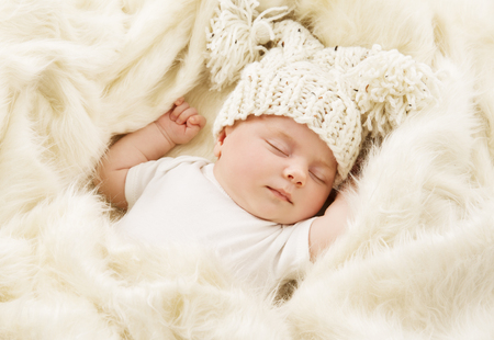 Photo pour Baby Sleeping in Bed, Newborn Kid Sleep in Hat, New Born One Month Girl - image libre de droit