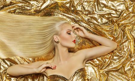Foto de Hair Style Model, Fashion Long Straight Hairstyle, Woman Lying on Gold Color Cloth - Imagen libre de derechos