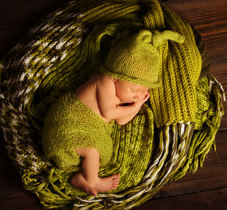 Photo pour Baby Newborn Sleep on Green Wool, Sleeping New Born Kid - image libre de droit