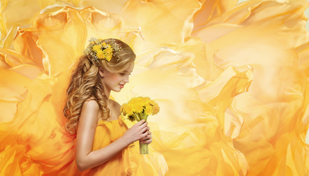 Foto de Girl Flowers Bouquet, Young Fashion Model Beauty Face Smelling Yellow Dandelion - Imagen libre de derechos