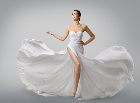 Foto de Woman White Dress, Fashion Model Bride in Long Silk Wedding Gown, Elegant Flying Fabric, Fluttering Cloth - Imagen libre de derechos