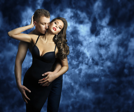 Photo pour Sexy Couple, Young Man Kissing Romantic Woman, Couples Fashion Portrait, Lovers Kiss - image libre de droit