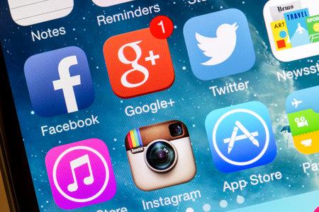Foto de Social media icons on Iphone 5s - Imagen libre de derechos