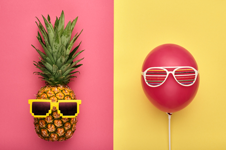 Photo pour Fashion Pineapple and Pink air Balloon. Bright Summer Color, Accessories. Tropical Hipster pineapple with Sunglasses. Creative Art concept. Minimal style. Summer party background. Fun - image libre de droit