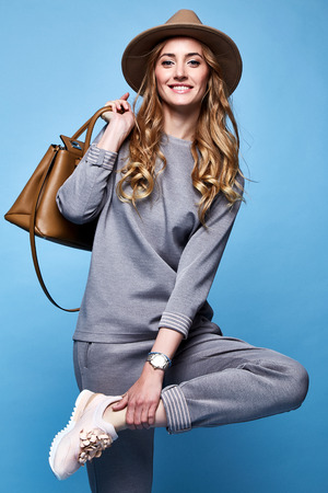 Photo pour Beautiful woman sexy glamour fashion style wear clothes casual suit shirt and pants trendy accessory bag hat catalog spring collection casual businesswoman party date meeting makeup comfort sport. - image libre de droit