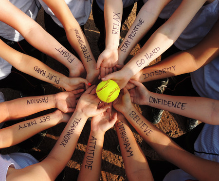 Foto de Fastpitch Softball Motivational Breakdown Huddle - Imagen libre de derechos