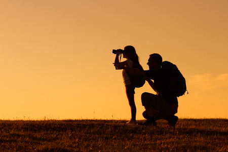 Foto de Silhouette of father and daughter hiking together. - Imagen libre de derechos