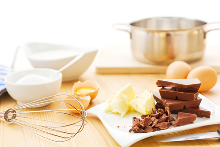 Foto per Ingredients for a mousse au chocolat including dark chocolate, eggs, butter, cream and sugar. - Immagine Royalty Free
