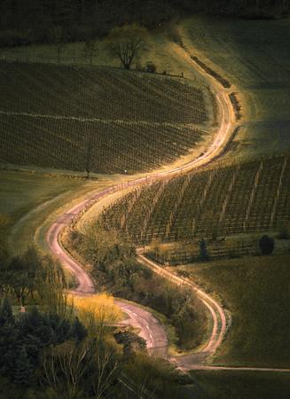 Photo pour Country road leading up the hill - image libre de droit