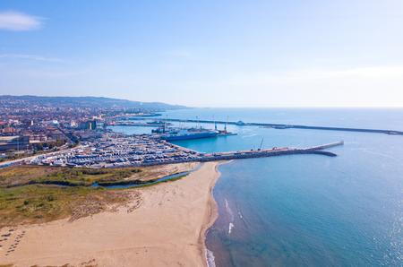 Foto de Aerial view of the beach near Catania by the port on Sicily. - Imagen libre de derechos