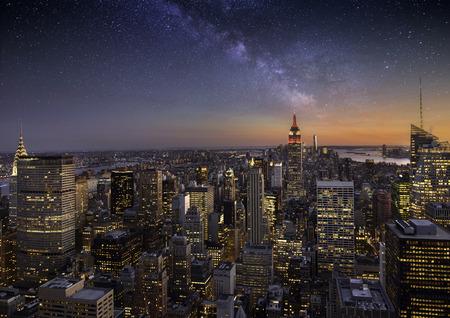 Foto de Milky way over Manhattan, New York City - Imagen libre de derechos