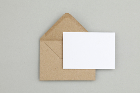 Foto de Blank white card with kraft brown paper envelope template mock up - Imagen libre de derechos