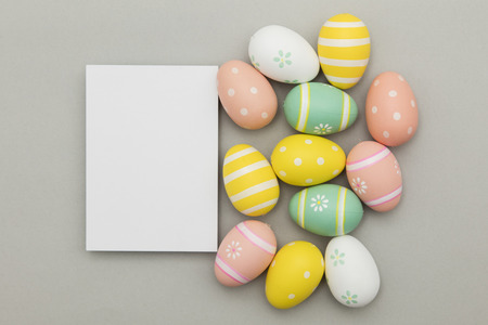 Photo pour Easter holiday background. Pastel coloured decorated easter eggs with a blank white label. - image libre de droit