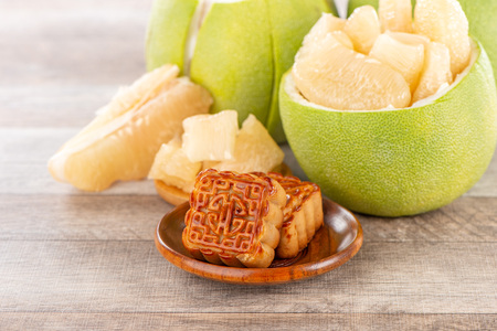 Photo pour fresh and peeled pomelo(shaddock), grapefruit with slices and mooncake in mid-autumn festival(moon festival) - image libre de droit