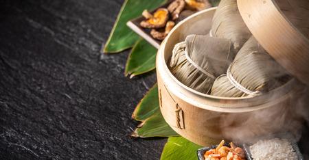 Foto de Zongzi, delicious fresh hot steamed rice dumplings in steamer. Close up, copy space, famous asian tasty food in dragon boat duanwu festival - Imagen libre de derechos