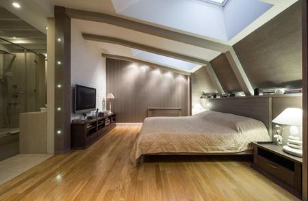 Photo pour Loft bedroom with private bathroom - image libre de droit