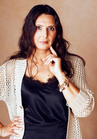 Foto de mature brunette real middle age woman well dressed posing smilin - Imagen libre de derechos