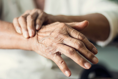 Photo pour Close up hands of senior elderly woman patient suffering from pakinson's desease symptom. Mental health and elderly care concept - image libre de droit