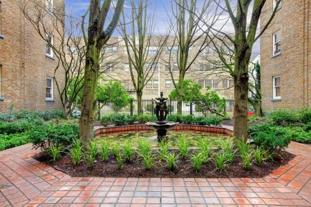 Photo pour City apartment building main front yard with spring landscape. - image libre de droit