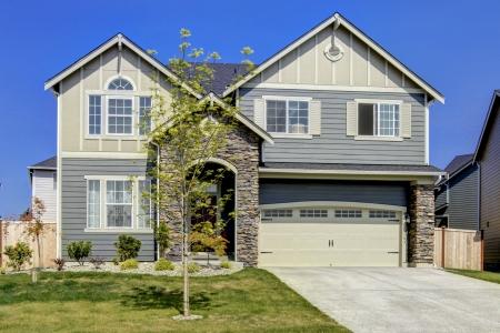 Foto de Typical American midclass new development house exterior. - Imagen libre de derechos